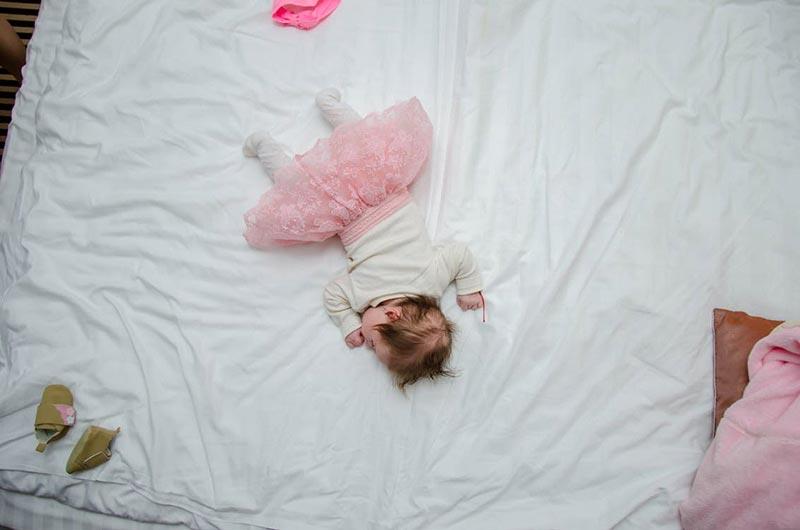 jak nauczyć dziecko spać w swoim brzuchu